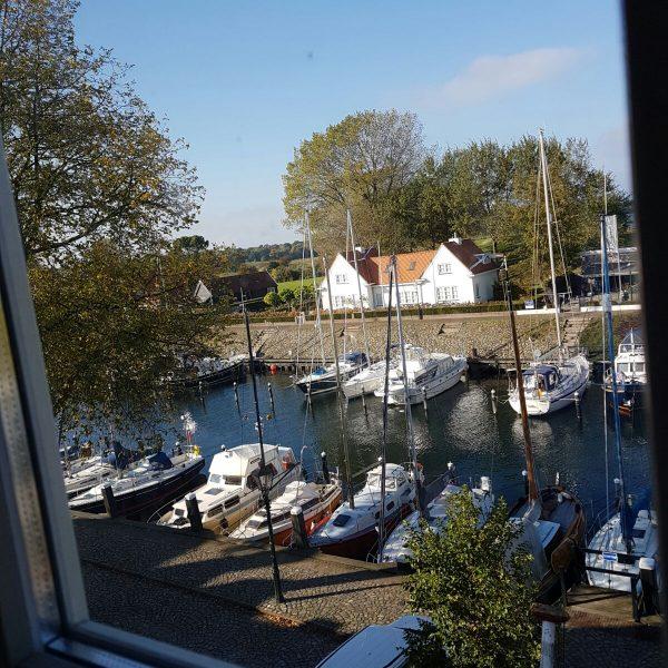Uitzicht op bootjes en veerse meer
